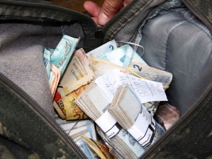 Após assalto, grupo fugiu com R$ 20 mil da agência bancária (Foto: Diogo Moreira/Futura Press/AE)