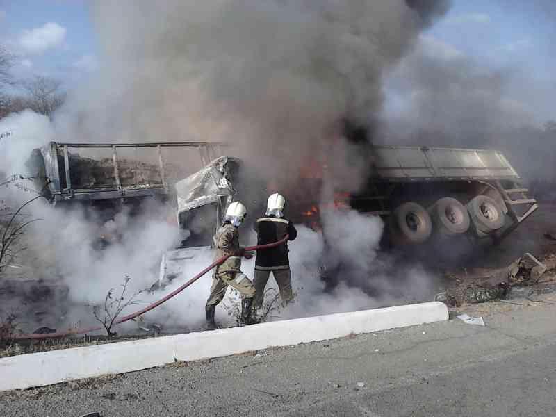 Com o impacto da colisão, o caminhão pegou fogo