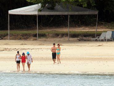 WILSON PEDROSA/AEA mãe da presidente Dilma, Dilma Jane, de vermelho, e a tia Arilda, de azul, aproveitam a praia de Inema, na Base Naval de Aratu