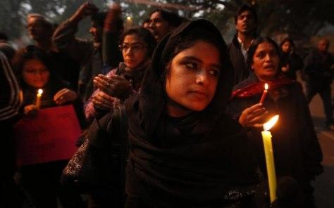 APMulheres indianas acendem velas em vígilia para a recuperação da jovem vítima de estupro coletivo na capital, Nova Délhi; a jovem morreu nesta sexta-feira (28) em hospital de Cingapura