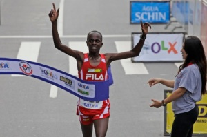Edwin Kipsang, do Quênia, comemora ao vencer a 88ª Corrida Internacional de São Silvestre. Foto AE