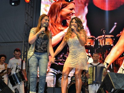 Elba convidou Solange em show no aterro da Praia de Iracema, em Fortaleza (Foto: Gabriela Alves/ G1 CE)