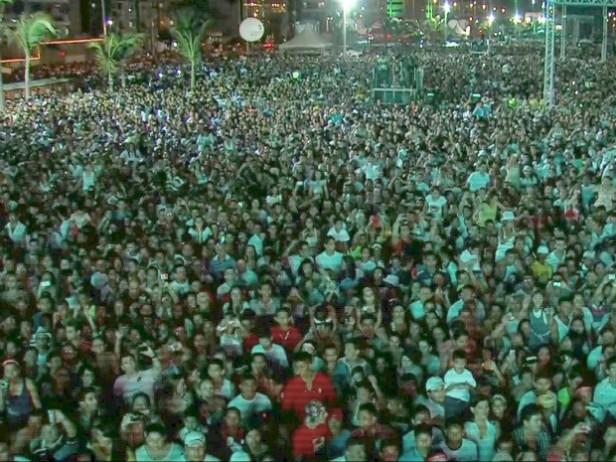 Cerca de um milhão de pessoas comparecem ao Aterro da Praia de Iracema, segundo estimativa da Polícia Militar (Foto: Rede Globo/Reprodução)