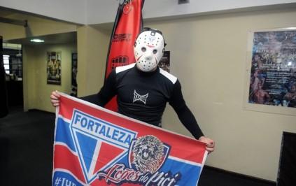 Rony Jason com a máscara adesivada e a bandeira do Fortaleza (Foto: André Durão / Globoesporte.com)