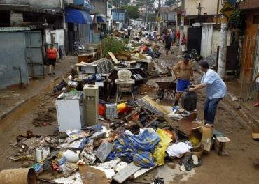 Moradores da rua Antônio Vaz, no Jardim São Luís, em São Paulo (SP). A forte chuva que atingiu a região causou o alagamento de diversas ruas e casas (21/12/2010)