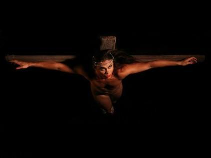 Uma das imagens do translendário 2013 mostra a crucificação inspirada em quadro do artista espanhol Salvador Dalí (Foto: Divulgação)