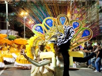 Escolas de samba também desfilam durante carnaval de Fortaleza. (Foto: Fábio Lima/Divulgação)