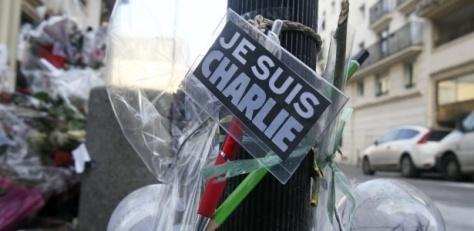6fev2015-lapis-e-caneta-sao-colocados-em-um-memorial-improvisado-em-frente-ao-escritorio-da-revista-charlie-hebdo-nesta-sexta-feira-6-em-paris-na-franca-em-homenagem-as-12-vitimas-do-ataque-14232253
