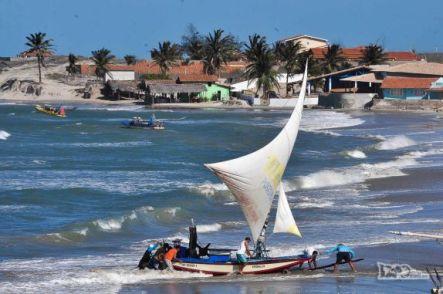 574-jangada-retorna-do-mar-na-praia-de-pontal-do-maceio-em-fortim-no-litoral-do-ceara-nikon20102631